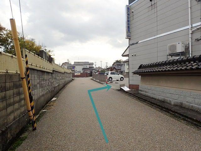 【道順6】右手側に駐車場の入り口が見えてきます。予約完了後に通知されるスペース番号をご確認のうえ、駐車してください。