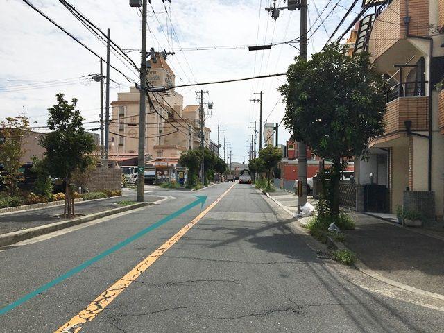 【道順1】府道2号線(中央環状線)「長原駅」から「南」に進み、「長吉川辺3東交差点」を「左折」、1つ目の角を「右折」し、直進してください。
