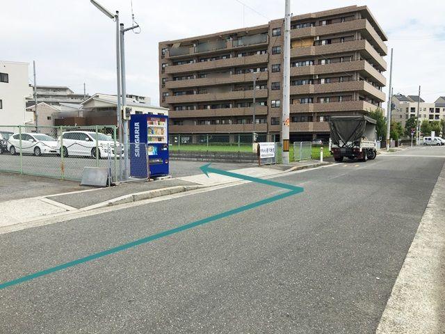 【道順7】駐車場出入口の写真です。ご予約時のスペースに駐車してください。