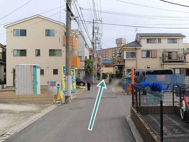 【順路5】道なりに進みます。道路が狭くなっていますので、ご注意ください