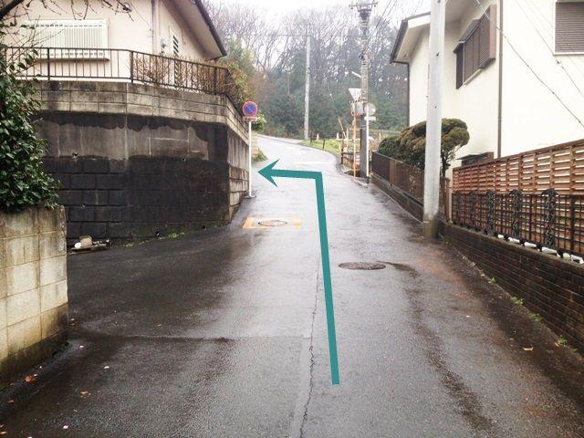 【道順1】県道55号線の「六斎堂前」交差点から西武ドーム方面へと進み、1つ目の信号を「左折」後、直進して突き当りを「右斜め方向」へ進み、二つ目のT字路を「左折」してください。