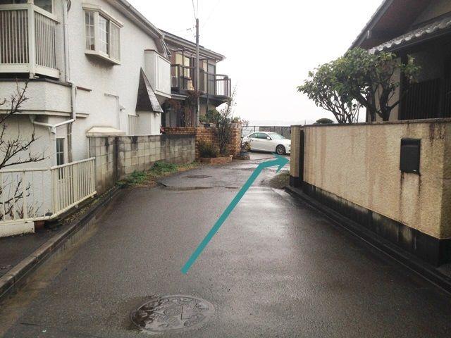 【道順4】突き当たりの右側がご利用駐車場になりますので、道なりに進んでください。
