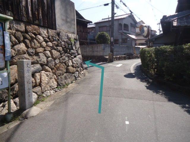 こちらの角を左折。
