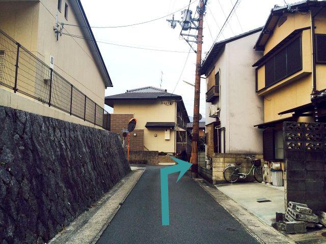 道が狭くなっておりますので、注意してください。