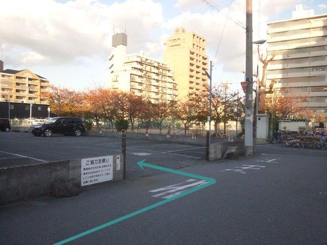 【道順3】突き当り手前の左側に駐車場出入口があります。ご予約時のスペースに駐車してください。