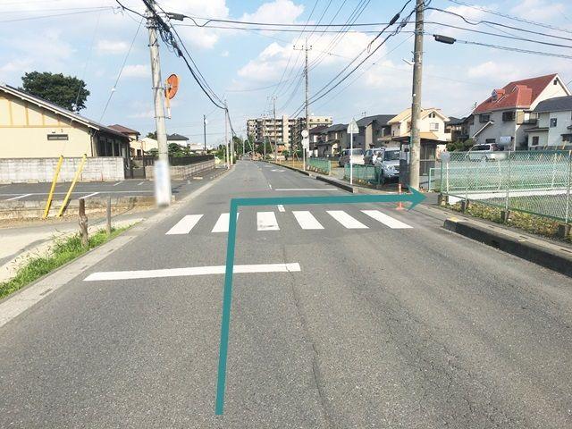 【道順2】踏み切りを越えて2つ目のT字路を「右折」してください。