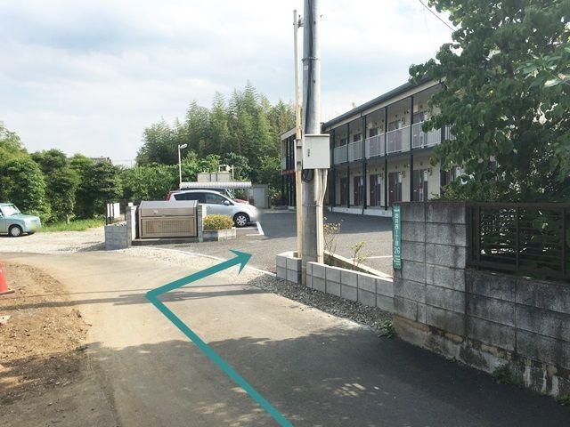 【道順9】家屋1件分過ぎた右側に、ご利用駐車場がございます。
