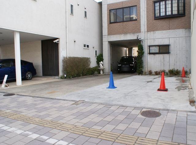 青色のコーンの場所に駐車してください
