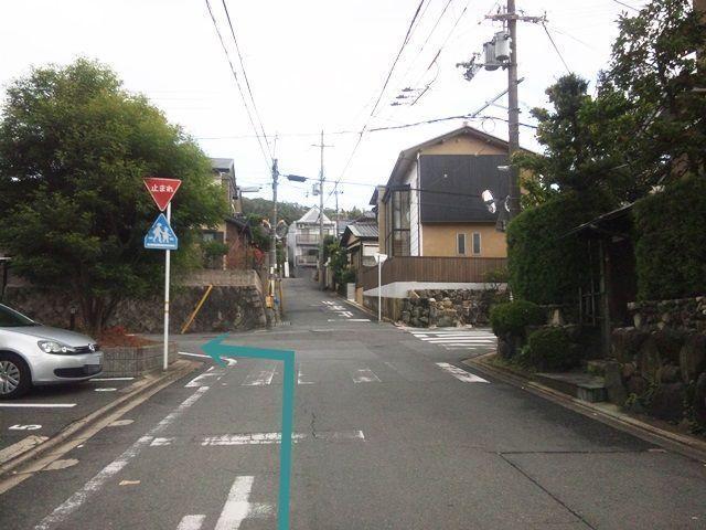 【道順3】250 m程道なりにお進みいただき、踏切を超えて3つ目の角を「左折」してください。