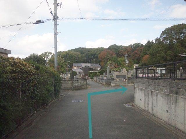 【道順6】「墓地」の前の道を「右折」してください。