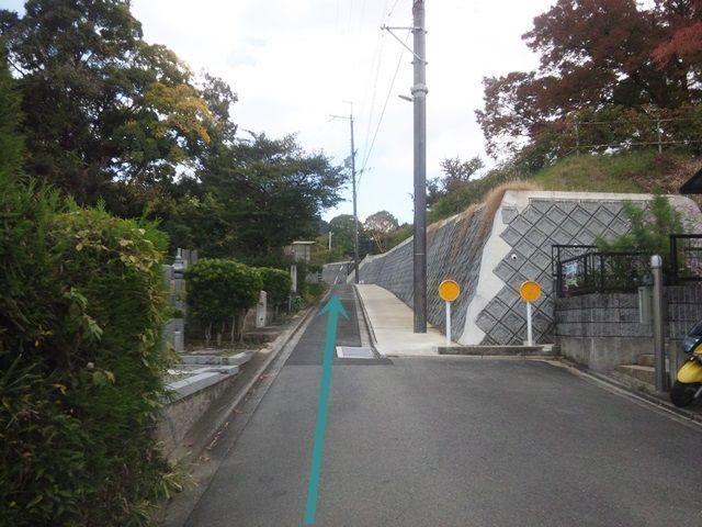 【道順7】通路がかなり狭いため、通行する際に道路をはみ出しますが、そのまま十分に注意しながら直進してください。
