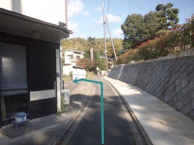 【道順8】一軒家を過ぎると左手に駐車場がございます。十分に注意して駐車してください。
