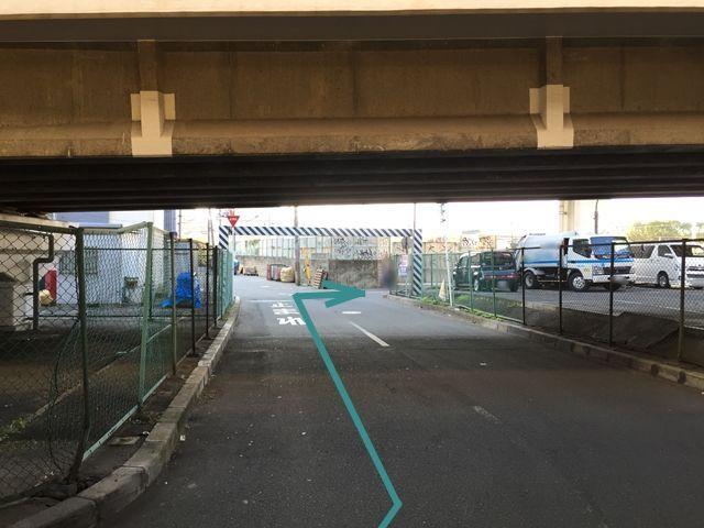 【道順3】道なりに進むと、写真のような景色になるので、交差点を右に曲がって下さい。