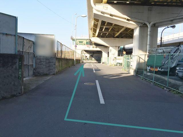 【道順4】交差点を右に曲がり、直進して突き当りまでお進み下さい。