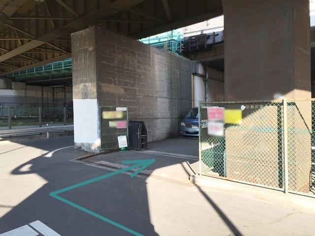 【道順5】河川敷に突き当たる直前に「豊崎西第4駐車場」の看板がある駐車場が見えます。そちらが駐車場です。
