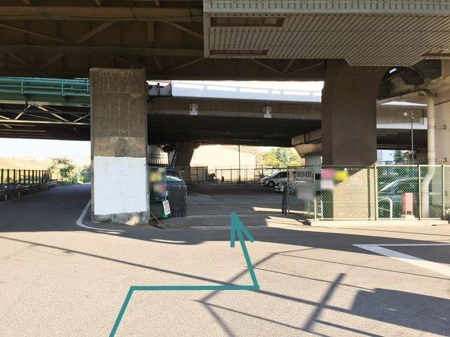 【別順路2】「豊崎西第4駐車場」の看板がある駐車場が見えます。そちらが駐車場です。