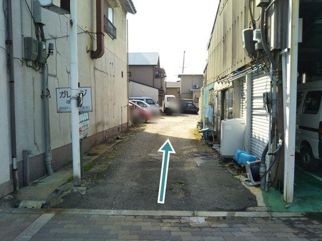 駐車場入口です。奥へお進みください。