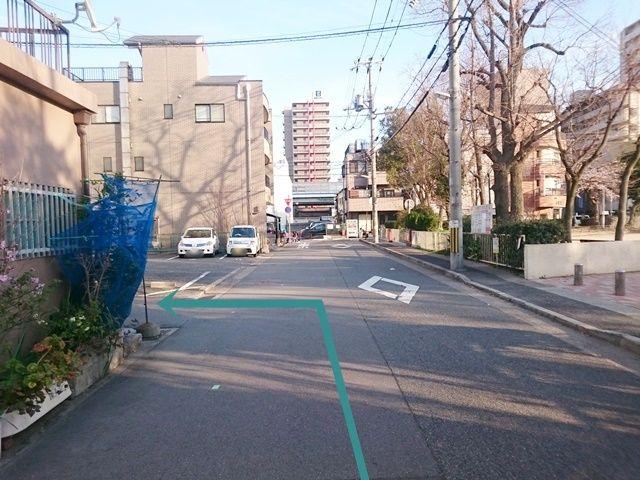 【道順3】十字路を左折後、次の道へ「左折」してください。