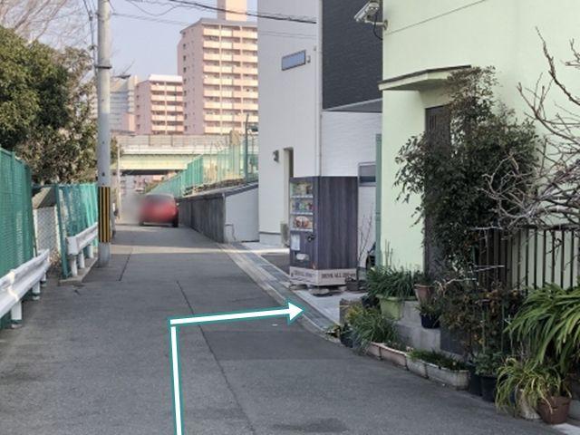 2.自動販売機手前が駐車スペースです