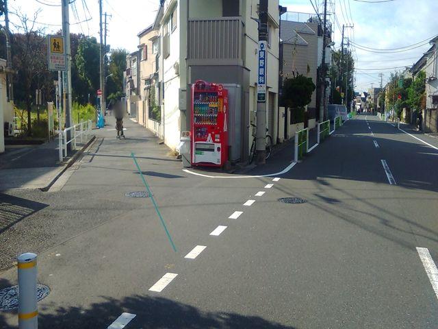 【順路2】左折後、道なりに進むと分岐点がありますので、左へ進んでください。こちらの道路は【7:30~8:30】まで交通規制がありますのでご注意ください。