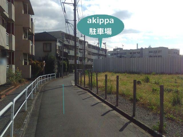 【順路4】左折後、一方通行の道を進むと左手に駐車場のあるマンションが見えてきます。