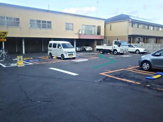 4.コインパーキングの駐車スペースの間を左折してください