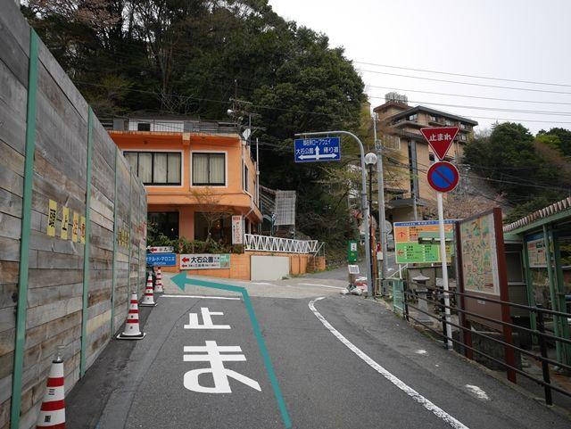 【道順2】右手のバス停を通過し、「1つ目」の四つ角を「左折」してください。