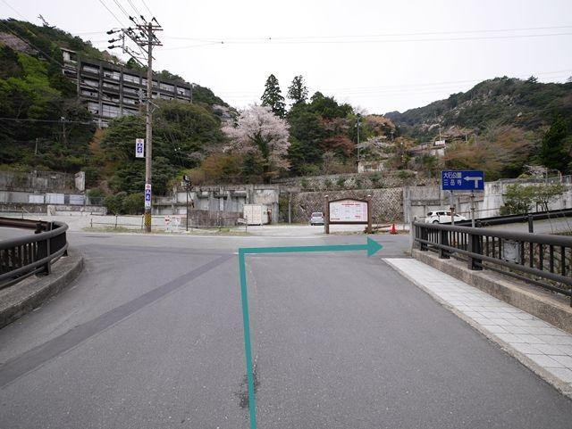 【道順4】「涙橋」を渡り、突き当たりを「右折」してください。