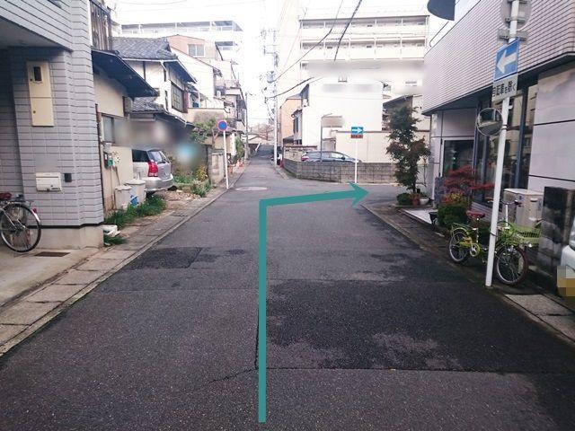 【道順3】1つめの角を「右折」してください。