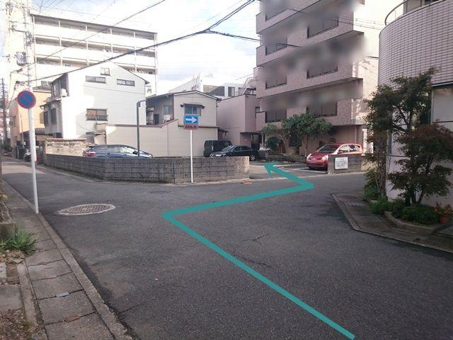 【道順4】右折後、すぐ「左側」に駐車場出入口があります。歩行者等に気を付けて進入、予約したスペースに駐車してください。