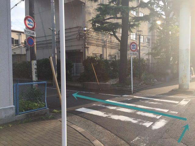 【道順2】小学校の横を曲がるときの道です。