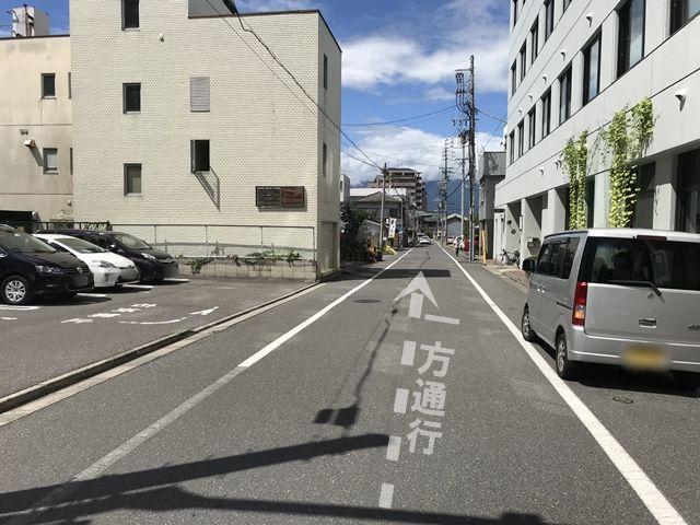 駐車場前方道路は一方通行ですので、入出庫に注意してください