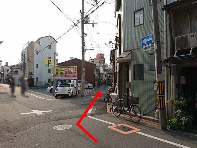 【道順1】東から西に向かって来られた場合は、こちらのコインパーキングの看板を目印に右に曲がってください。