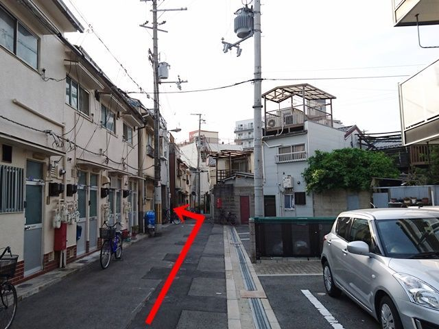 【道順3】直進すると、左側に駐車場がございます。全体写真やスペース写真を確認して、駐車してください。