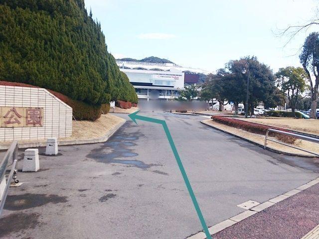【駐車場内順路1】駐車場入口から進入し、左へ進んでください