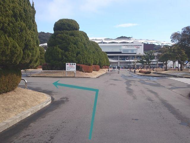 【駐車場内道順2】第2駐車場の看板付近に誘導スタッフがいますので【予約画面】を提示し、スタッフに従い入庫してください