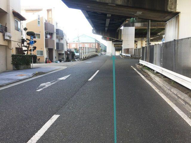 【道順6】左側にフェンスのある道路の奥にご利用駐車場がございますので、そのまま直進してください。