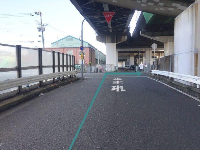 【道順7】正面に見えるのが【国道43号1号駐車場】になります。