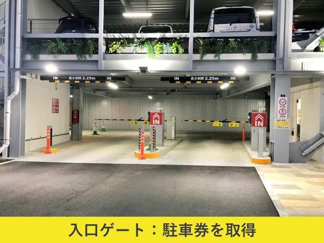 【入庫】駐車券を取得し、駐車場1階右手の専用スペースにお進みください。