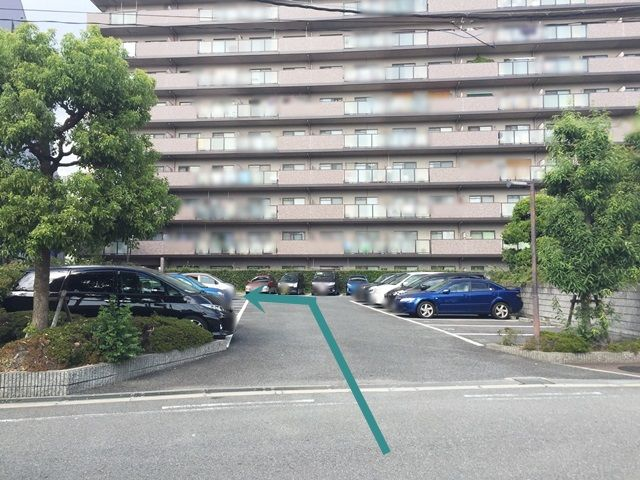【道順1】※奥の駐車場への行き方※駐車場入口から直進し、突き当たりを「左折」してください。