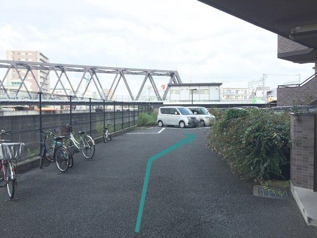 【道順4】マンション奥の駐車場になります。
