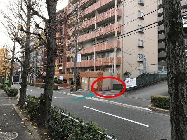 道順3. 直進すると、右手にある月極駐車場入り口と茶色のマンションに挟まれた通路に入ります