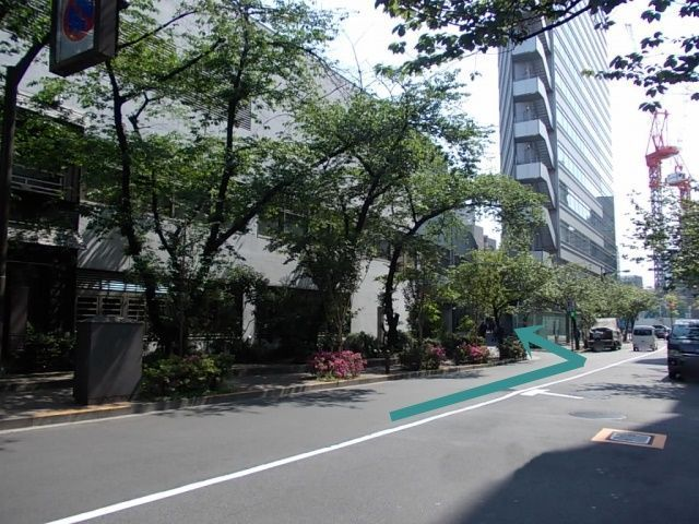 外堀通りを東京駅方向から、高速道路の下をくぐりすぐに左折約200m先、左側に銀座口がございます。
