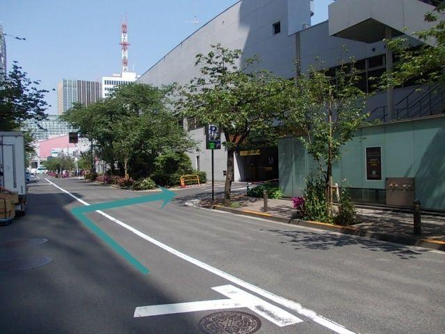 銀座通り口交差点からさくら通りを、有楽町方向に曲がり50m先右側に銀座口がございます。