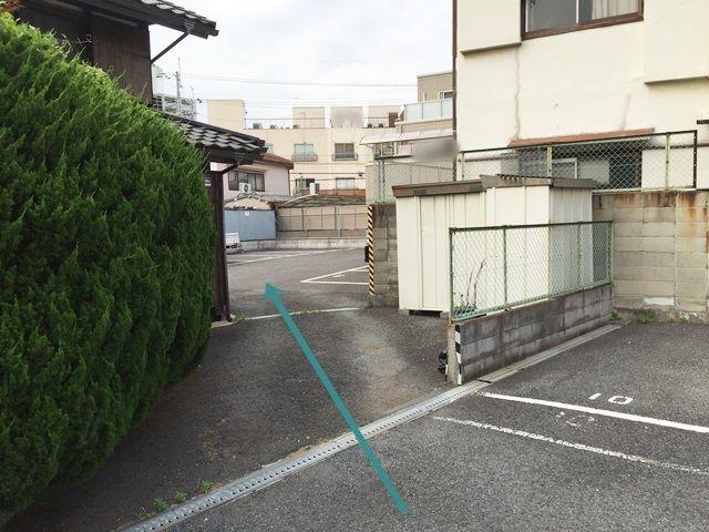 【道順2】奥の駐車場まではこちらへお進みください。