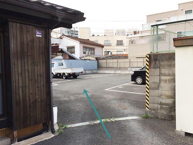 【道順3】奥の駐車場の写真です。対向車等に気をつけて進入してください。