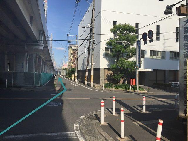 【道順1】「大阪電気通信大学高等学校」から「西三荘駅」方面へ高架沿いに「東」へお進みください。