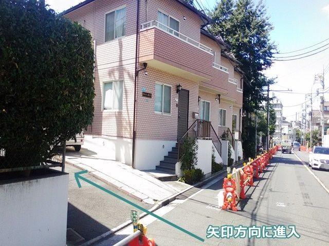 【道順1】都道426号線(自由通り)「東京医療センター前交差点」から「駒沢大学駅」方面へ「北」に450m程進み、住宅展示場向かいの道を「左折」してください。