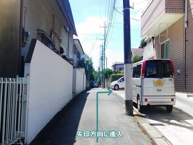 【道順2】左折後直進し、右側3軒目が駐車場になります。