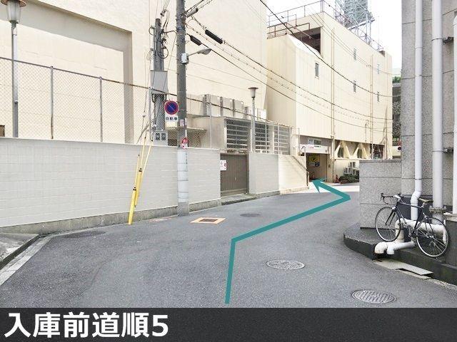 入庫5.道成りにお進みいただくと、「左側」に駐車場出入口があります。